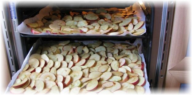 яблоки на противне