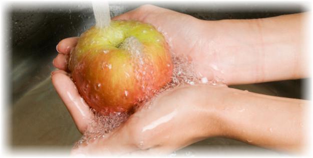 яблоко под струей воды