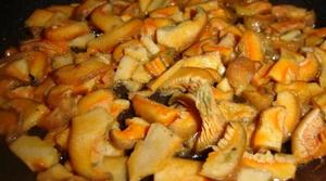 как жарить рыжики на сковороде с картошкой